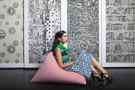 forniture: retrato retro vintage de una mujer sentada en un taburete