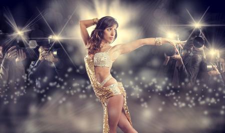 baile latino: famosa mujer posando de paparazzi Foto de archivo