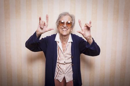 기호 바위를 만드는 노인 여성 스톡 콘텐츠