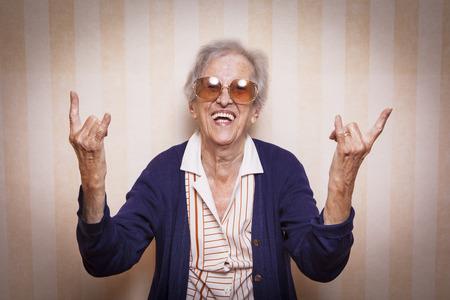 señora mayor: vieja señora haciendo roca en muestra