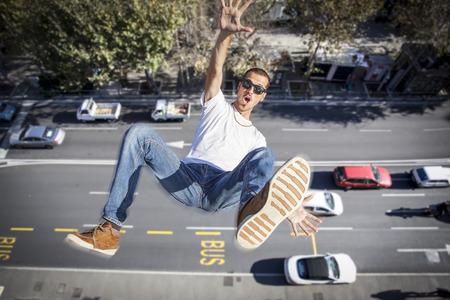 hombre cayendo: joven cayendo de un edificio Foto de archivo