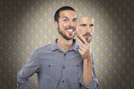 gente loca: hombre joven que llevaba una máscara de sí mismo