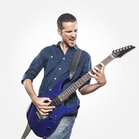 gitara: przystojny młody mężczyzna gra na gitarze elektrycznej