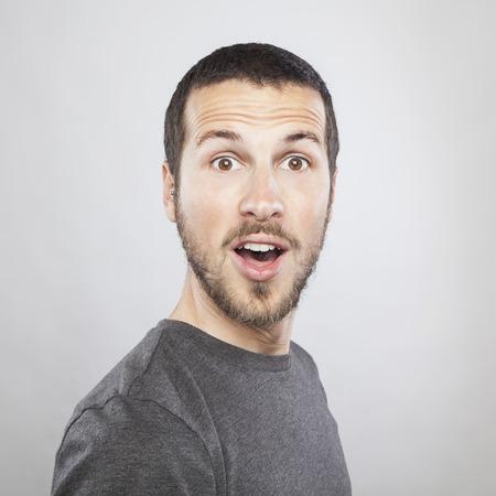 sorprendido: retrato de un hombre hermoso joven sorprendido expresión de la cara Foto de archivo
