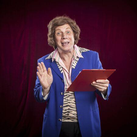 showman: showman, actor divertido expresi�n facial en el fondo courtain roja Foto de archivo