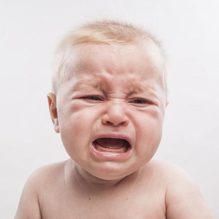 ni�o llorando: retrato de un beb� reci�n nacido lindo llorar