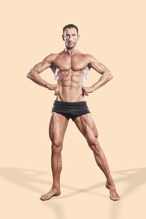 beau jeune homme: homme musculaire, musculation athlète pleine portrait du corps