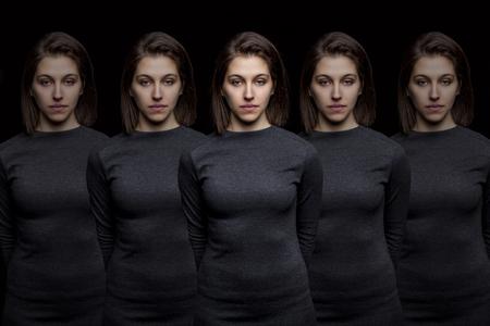 Grupo de mujeres muy jóvenes clones de pie en una fila