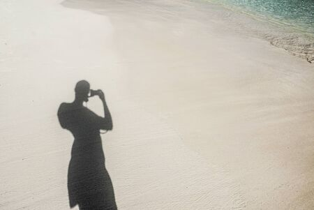 silueta hombre: la sombra del hombre en una playa tropical