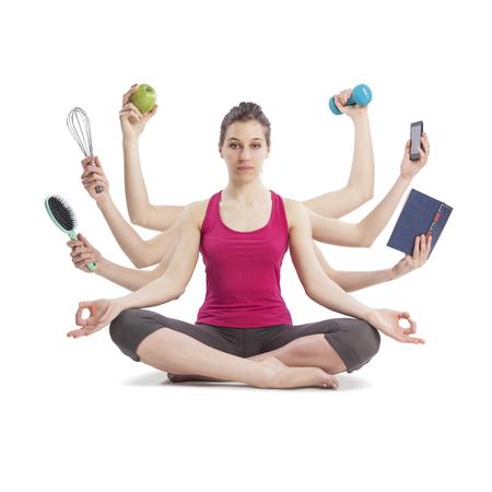 koncepció: multi tasking nő portréját jóga helyzetben sok fegyver