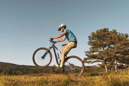 Man riding his mountain bike outdoor in nature Stockfoto