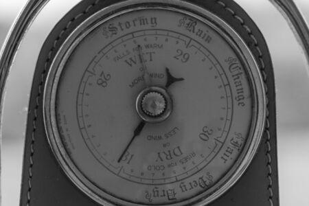 Cerca de un barómetro antiguo hecho de un estribo de caballos viejos que indica alta presión y buen tiempo.