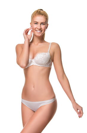 femme en sous vetement: Jeune femme blonde portant des sous-v�tements blanc isol� sur fond blanc