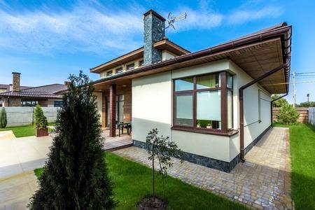 Mooi modern huis in cement, mening van de tuin.