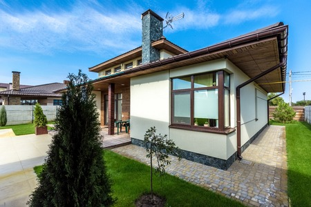 Beautiful modern house in cement, view from the garden. Standard-Bild