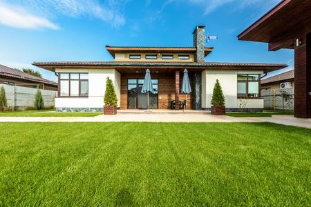 Belle maison moderne dans le ciment, vue depuis le jardin. Banque d'images - 48318415