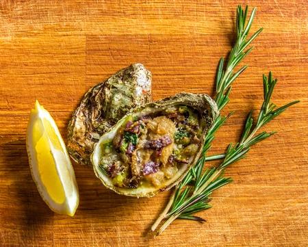 ostra: Ensalada de ostras servido con verduras y lim�n sobre un fondo de madera