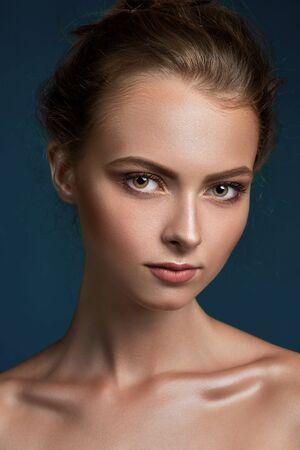 junge nackte m�dchen: Beauty Frau Gesicht Nahaufnahme auf schwarzem Hintergrund isoliert. Sch�ne Modell M�dchen Make-up. Herrliche Dame mit perfekter Haut.