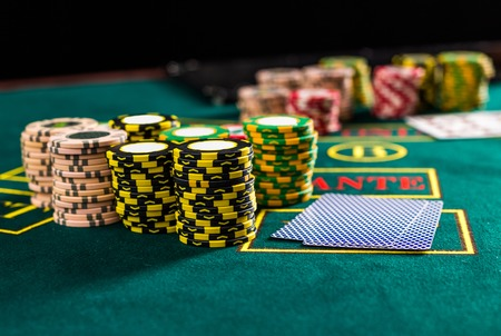 cartas poker: Poker chips on a poker table at the casino. Closeup