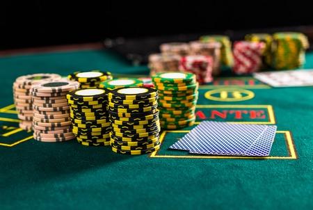 tabulka: Pokerové žetony na pokerového stolu v kasinu. detailní