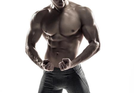 modelo desnuda: Primer plano hombre fuerte fisicoculturista posando con abdominales perfectos, houlders, b�ceps, tr�ceps y pecho. Aislado en el fondo blanco