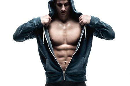 hombres haciendo ejercicio: Hombre hermoso con la chaqueta abierta pecho musculoso revelador y los abdominales, aislado en fondo blanco Foto de archivo