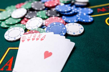 카지노 포커 테이블에 포커 칩. 닫다. 왕실 플러시, 우승 조합. 칩 수상자