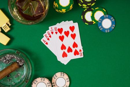 encendedores: Conjunto de jugar al póquer con tarjetas y fichas en la mesa verde, vista superior
