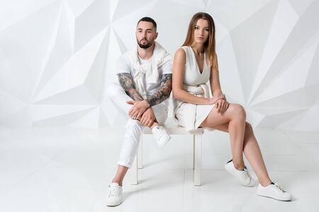 relaciones sexuales: Disparo de una pareja de moda posando en el estudio. Foto de archivo