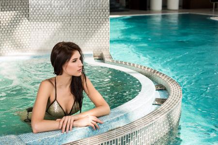 Portrait de belle femme dans un spa bain