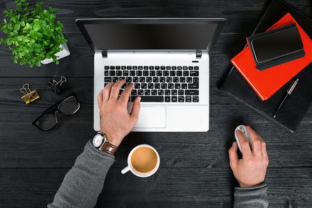 Direct boven het oog op menselijke handen die op de laptop typen.