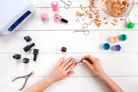 Verf je eigen nagels. Manicure set en nagellak op houten achtergrond