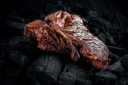 Een smakelijk mals gemarineerd biefstuk op een kolen grillen. Sluit omhoog mening Stockfoto