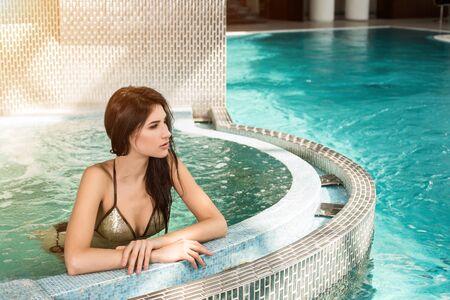 Portrait de belle femme dans un spa jacuzzi