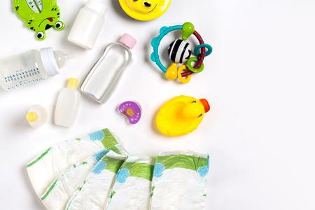 赤ちゃん用品おむつ、ベビー パウダー、クリーム、シャンプー、コピー領域の白い背景の上の油。トップ ビューまたはフラット横たわっていた。出