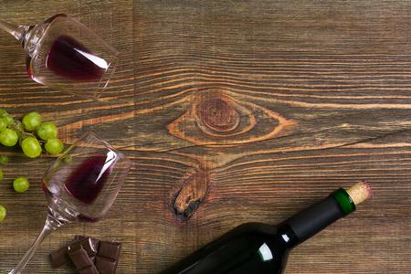 2 杯、赤ワインと木製のテーブル グレープ ボトル