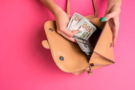 작은 가방, 스튜디오에서 돈을 제거하는 여자 손 스톡 콘텐츠