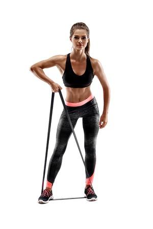 Mujer que ejercita bandas de resistencia de fitness en silueta de estudio aislado sobre fondo blanco