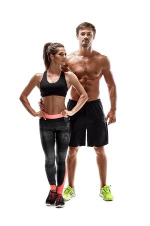 白い背景にスタジオで若いスポーツマンのカップルの女性と男