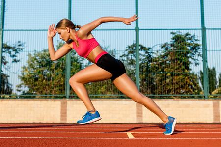 Runner sprinting naar succes op run path running atletische track. Doelstellingen concept.