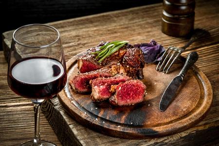 레드 와인, 허브와 향신료 나무 테이블에 구운 된 ribeye 쇠고기 스테이크