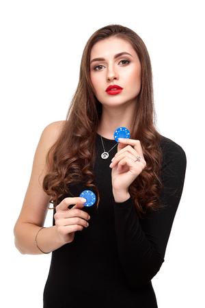 Het sexy krullende haar donkerbruine stellen met spaanders in haar handen, de isolatie van het pookconcept op witte achtergrond Stockfoto