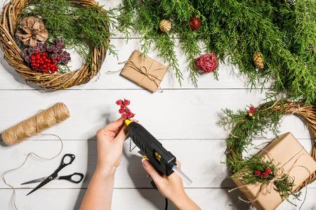 Kerstkransdecoratie met handgemaakte DIY, doe het zelf. Stockfoto