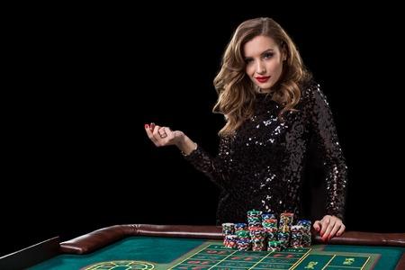 カジノで遊ぶ女性女性はルーレットを演奏チップの山を賭けます 写真素材