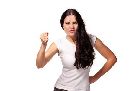 Le portrait que la belle jeune femme menace d'un poing