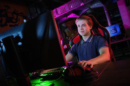Cybersport. Jeu d'équipe. Joueur de cybersport professionnel s'entraînant ou jouant à un jeu en ligne sur son PC