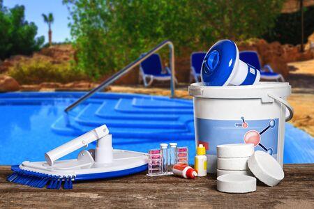 Equipos con productos químicos de limpieza y herramientas para el mantenimiento de la piscina.