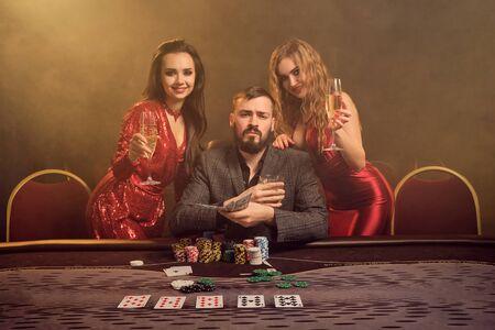 Eine Gruppe junger wohlhabender Freunde spielt Poker in einem Casino.