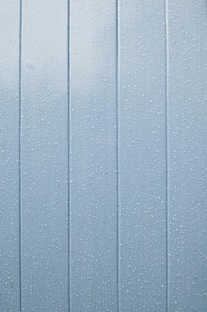 precipitaci�n: Puerta de madera azul con agua