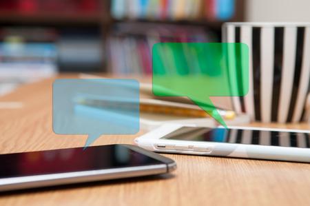 socializando: Envío de un mensaje de texto desde un teléfono inteligente Foto de archivo